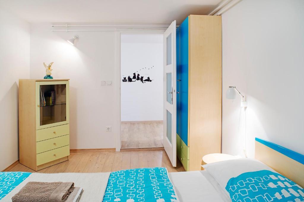 97d6c64b4 Posteľ alebo postele v izbe v ubytovaní Apartments Your Colourful Ljubljana  Home