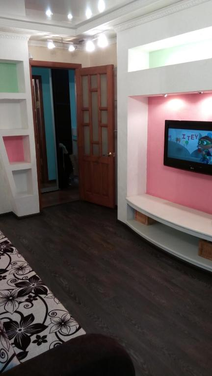 A television and/or entertainment center at Apartment on Iyulskikh Dney 18