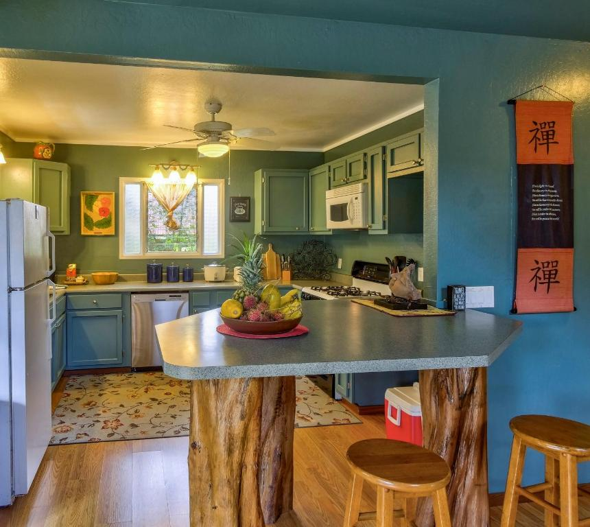 A Kitchen Or Kitchenette At Ohana House