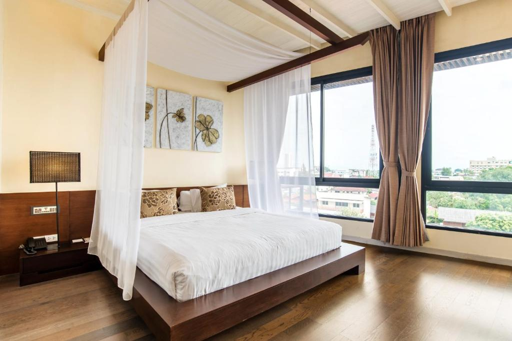 A bed or beds in a room at De Chai Colonial Hotel & Spa