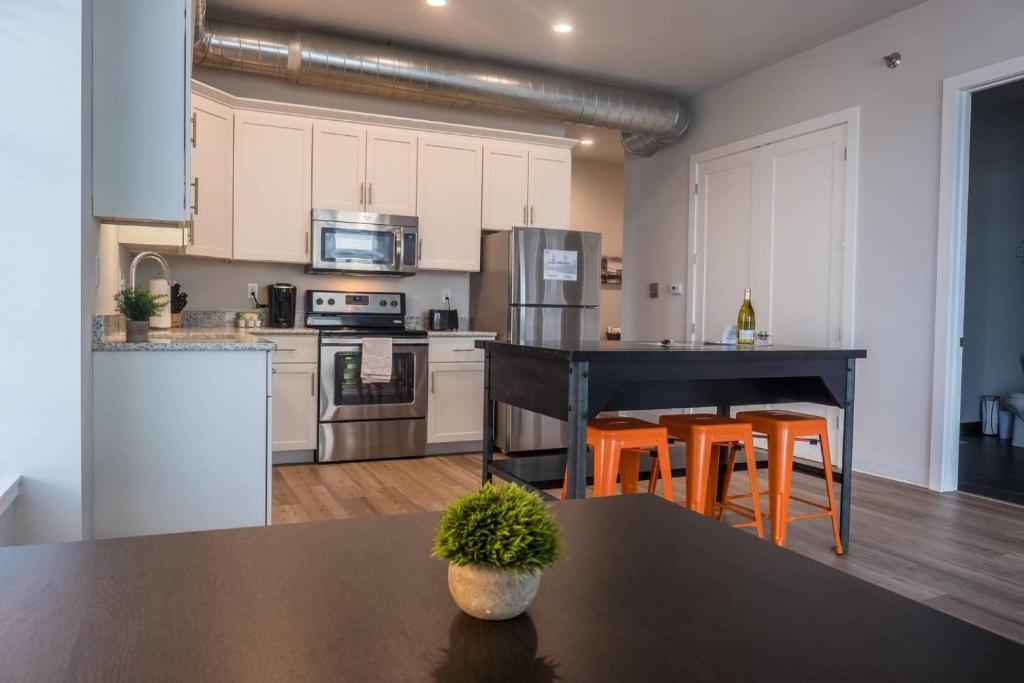 bedroom apartments llc living wi com in room moderne milwaukee rentals