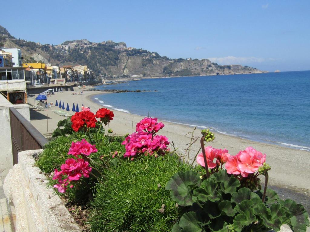 Spiaggia in giardini naxos sicilia immagine stock editoriale