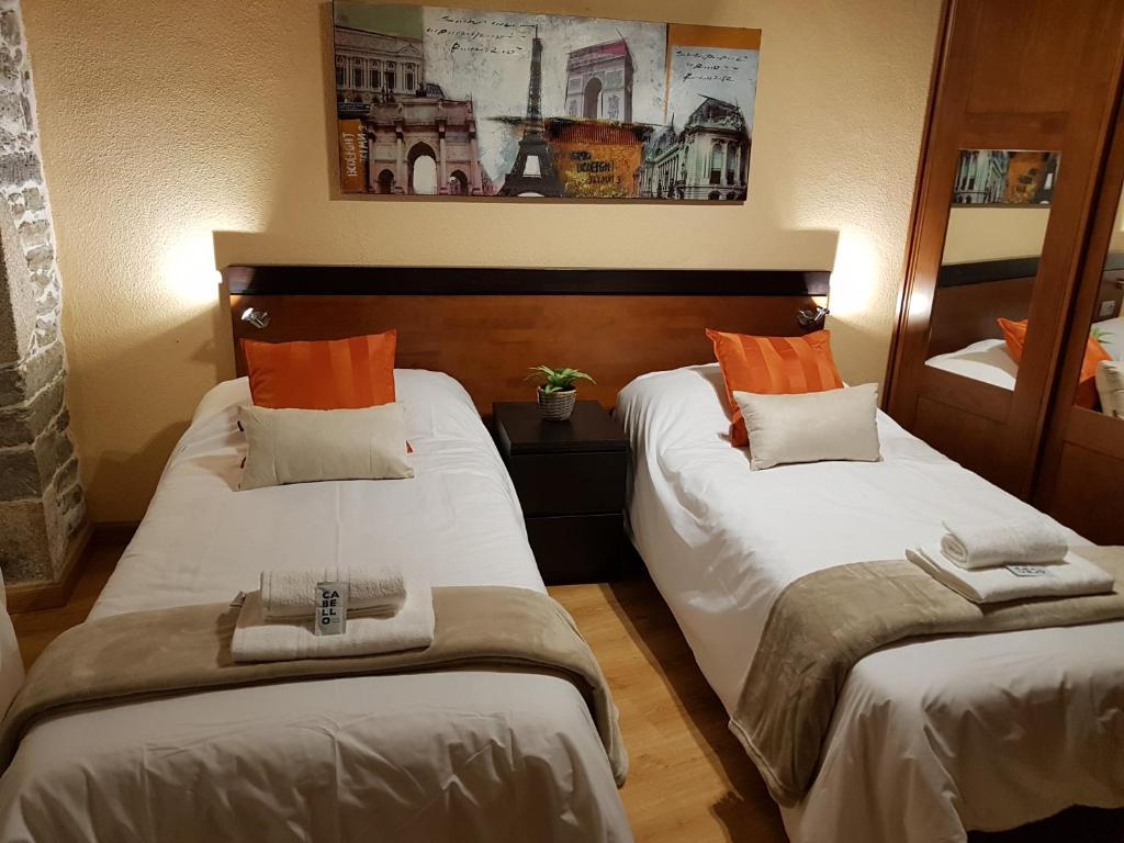A bed or beds in a room at Aqua Rooms Sarria
