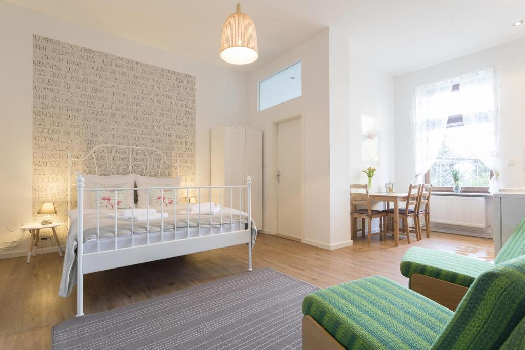 A bed or beds in a room at Stylish & Cosy Apartment in Berlin, WiFi, 3 guests
