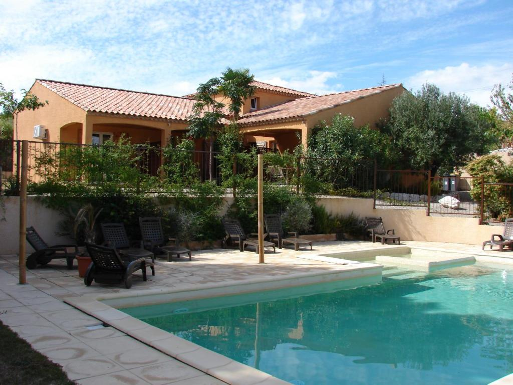 The swimming pool at or near Y'a Pas de Lézard