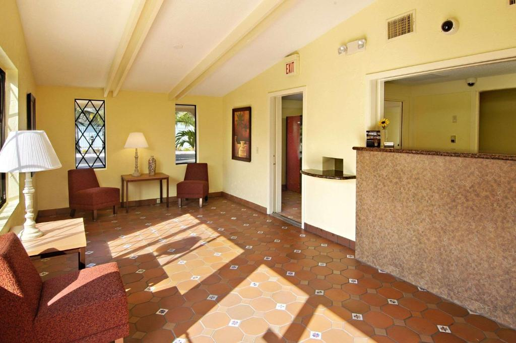 motel lantana west palm beach fl. Black Bedroom Furniture Sets. Home Design Ideas
