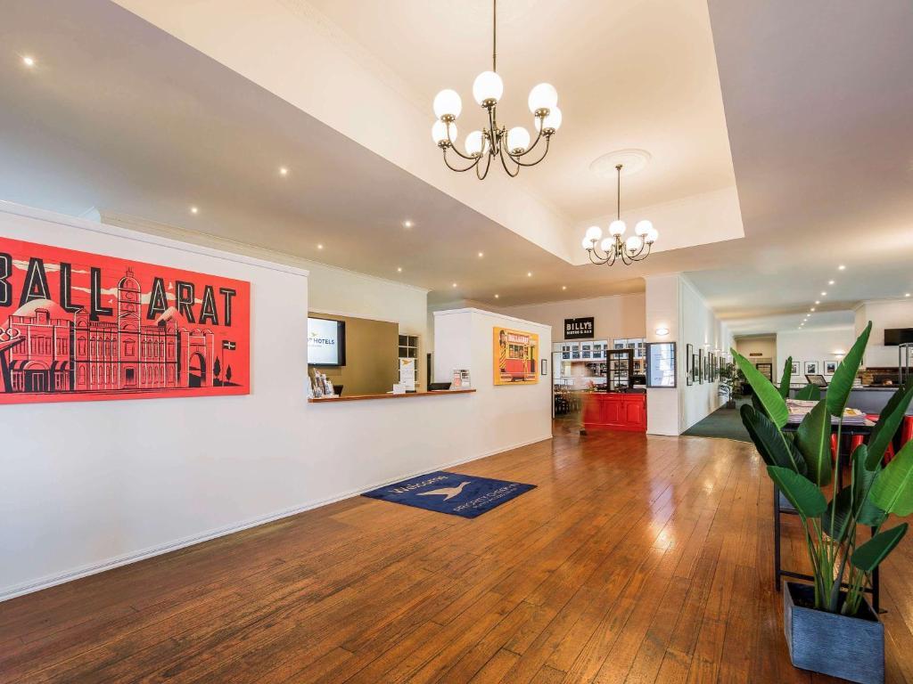 The lobby or reception area at Mercure Ballarat Hotel & Convention Centre