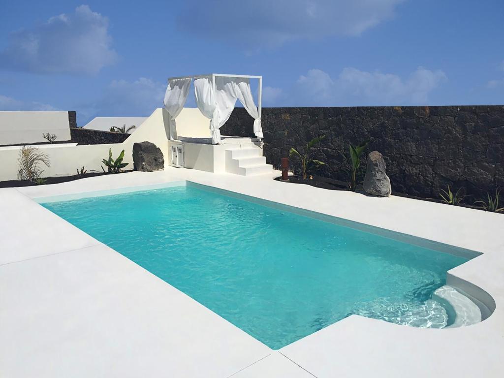 Der Swimmingpool an oder in der Nähe von Villa Alba de Luxe