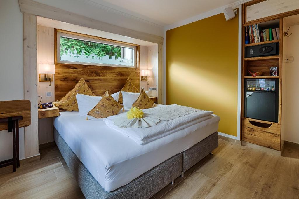 A bed or beds in a room at Hotel Pension Blumenbach