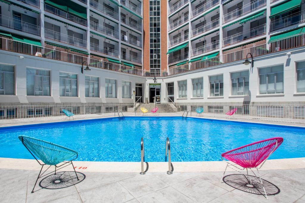 The swimming pool at or near Residencia Universitaria Vallehermoso
