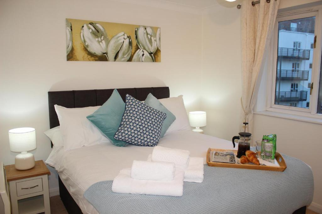 Ein Bett oder Betten in einem Zimmer der Unterkunft The Regent Apartment 2 Kingston Centre