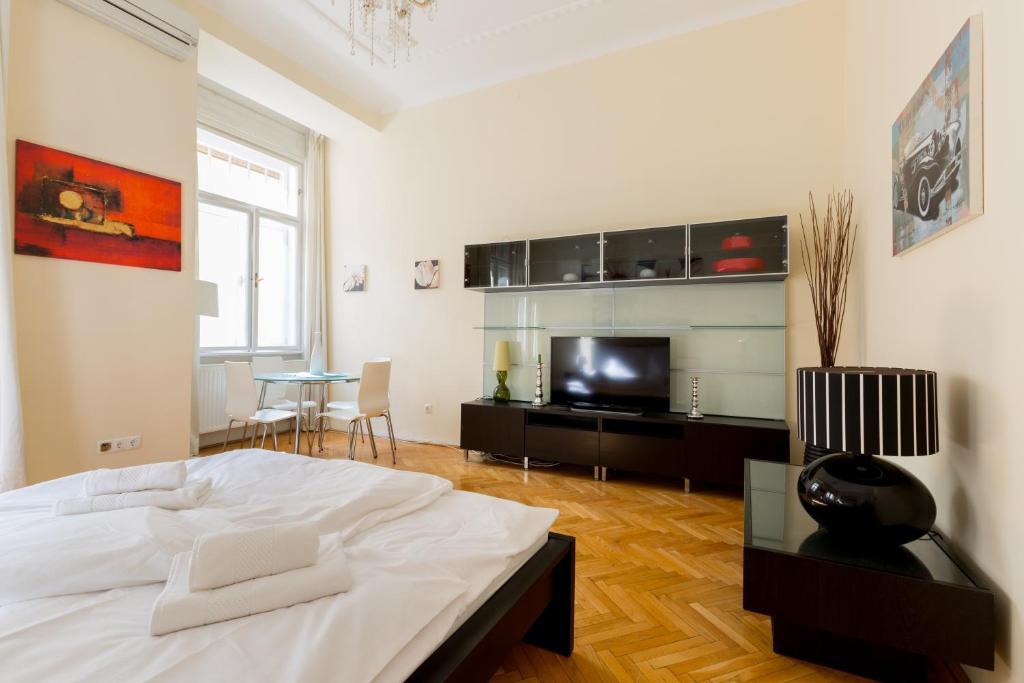Telewizja i/lub zestaw kina domowego w obiekcie Prime Location Superior Rooms