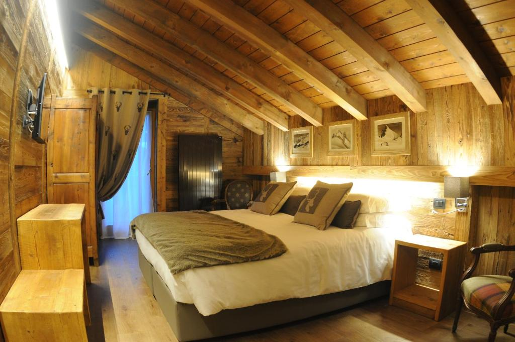 A bed or beds in a room at L'Abri des Amis