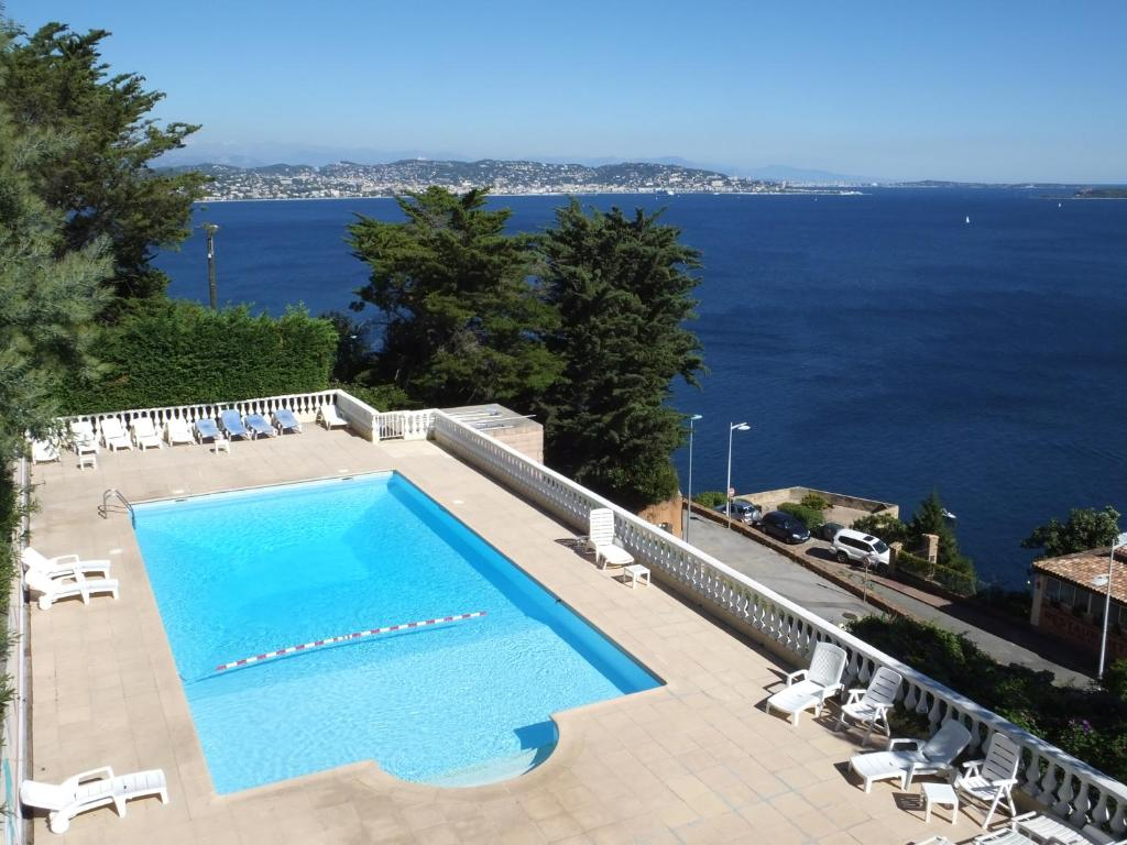 A view of the pool at Association Villa Saint Camille or nearby