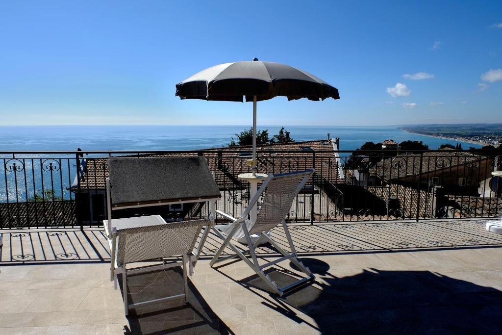 A balcony or terrace at L'Orizzonte Relais Sirolo