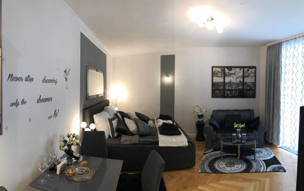 Wohnzimmer Oesterreich Style : Versace style apartment mit terrasse Österreich wien booking