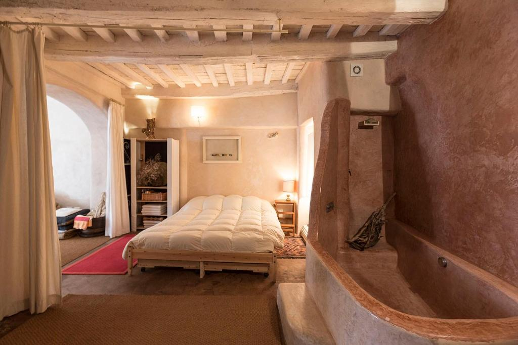 A bed or beds in a room at Piazza Colonna 4