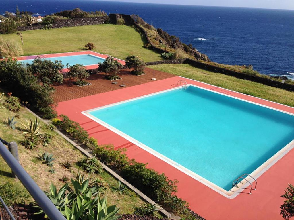 A view of the pool at Vivenda Moura or nearby
