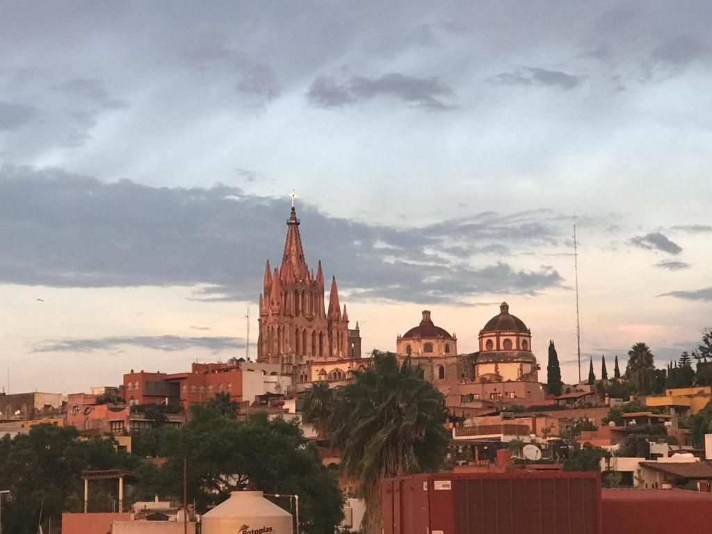 san miguel de allende divorced singles personals I'm in a little town in mexico called san miguel de allende it's a small colonial town of about 80,000 people about 10,000 are expats mostly from canada and the us and most are between 60+ yearsthe interesting thing here is that 8 out of ten expats are women.