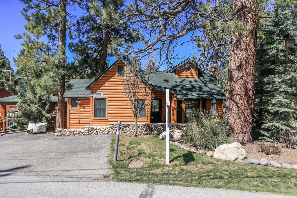 vacation home the lake house by big bear cool cabins big bear lake ca. Black Bedroom Furniture Sets. Home Design Ideas