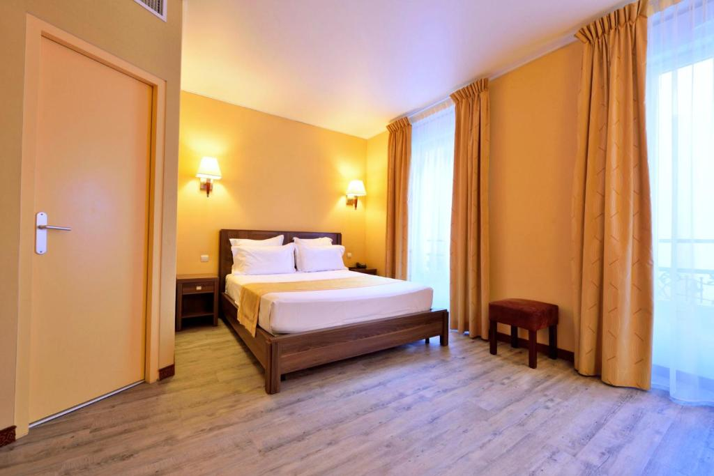 A bed or beds in a room at Hotel Capitole