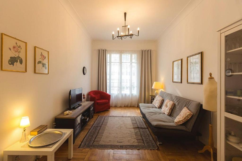 Area tempat duduk di Appartment Passy 2 Bedrooms with Veranda