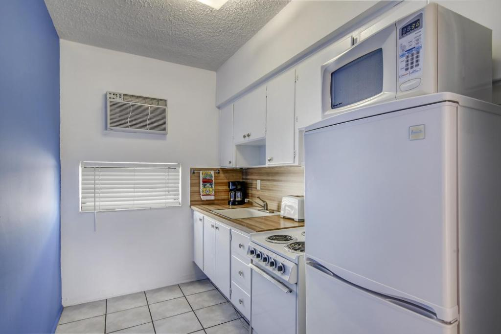 A kitchen or kitchenette at Blue Strawberry by the Sea
