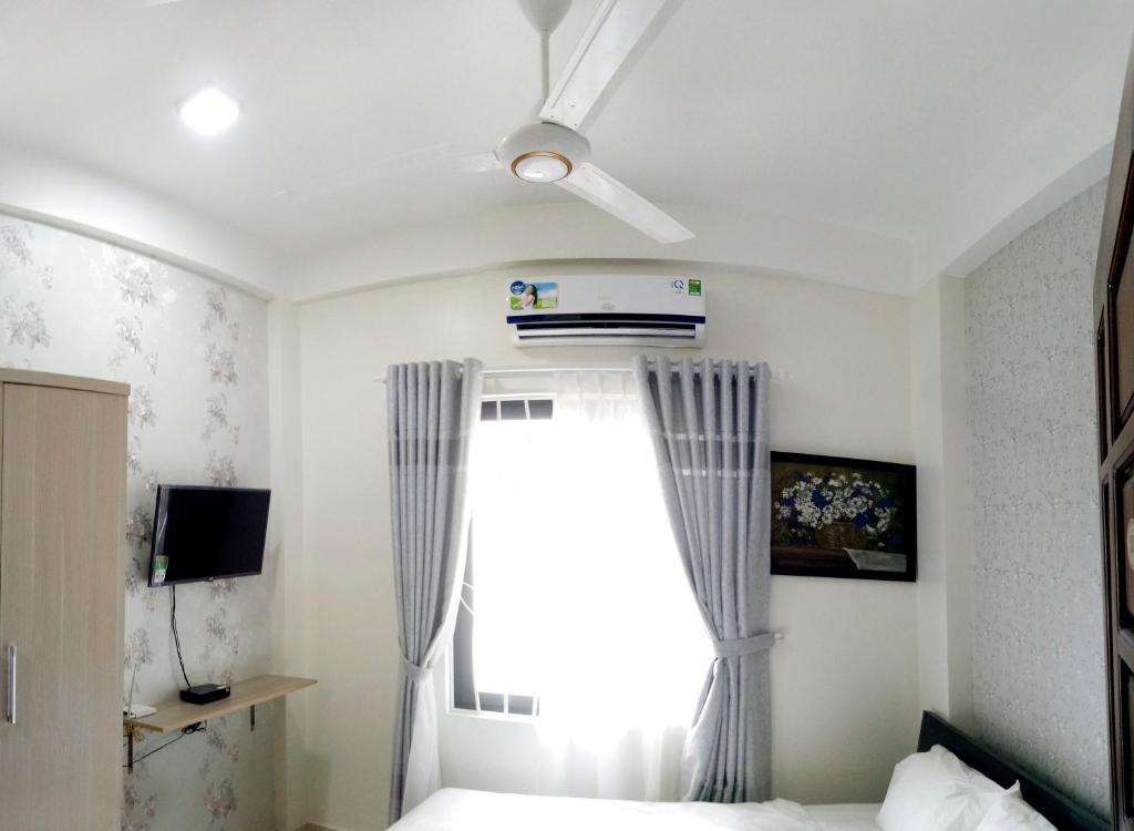 Una televisión o centro de entretenimiento en Tin Tin Hue Hostel