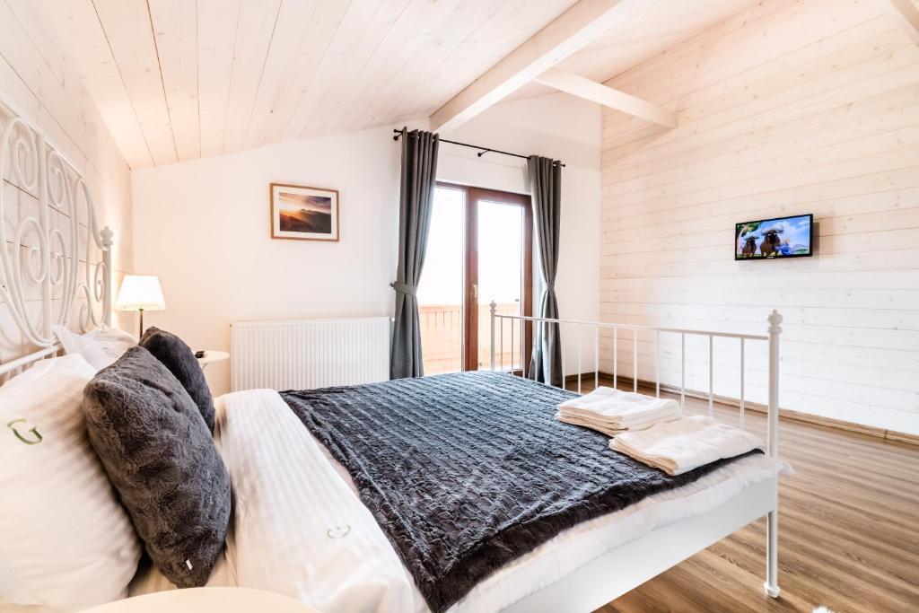 Un pat sau paturi într-o cameră la Green Resort Bran