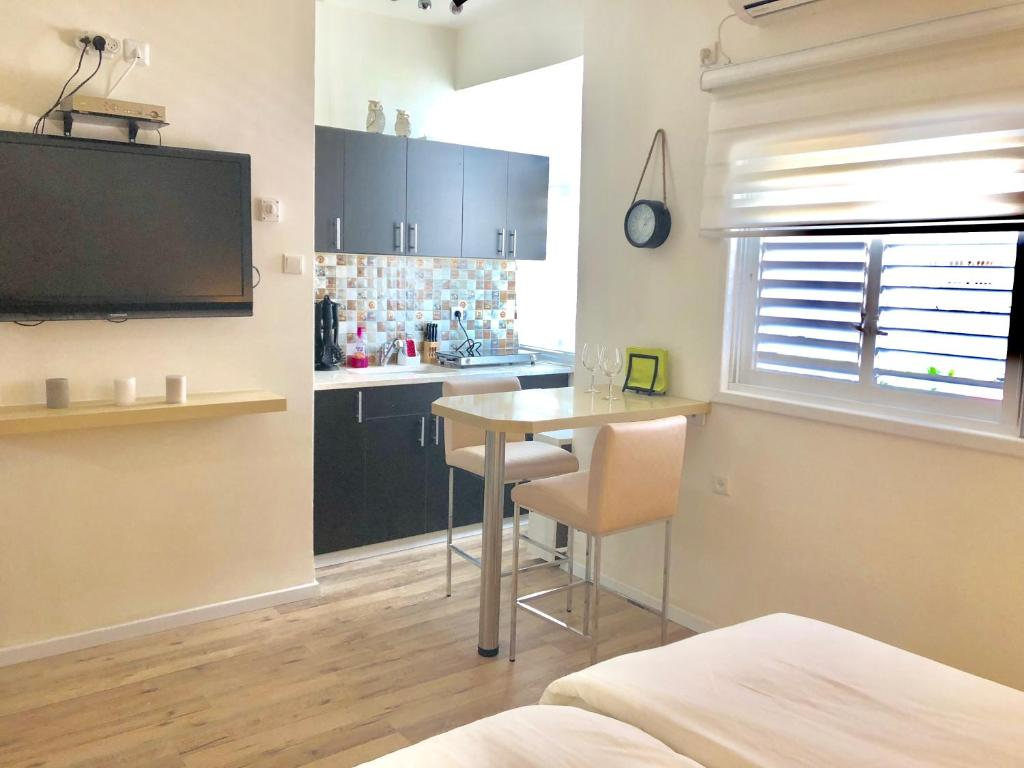 A Kitchen Or Kitchenette At Studio Apartment In Bat Yam