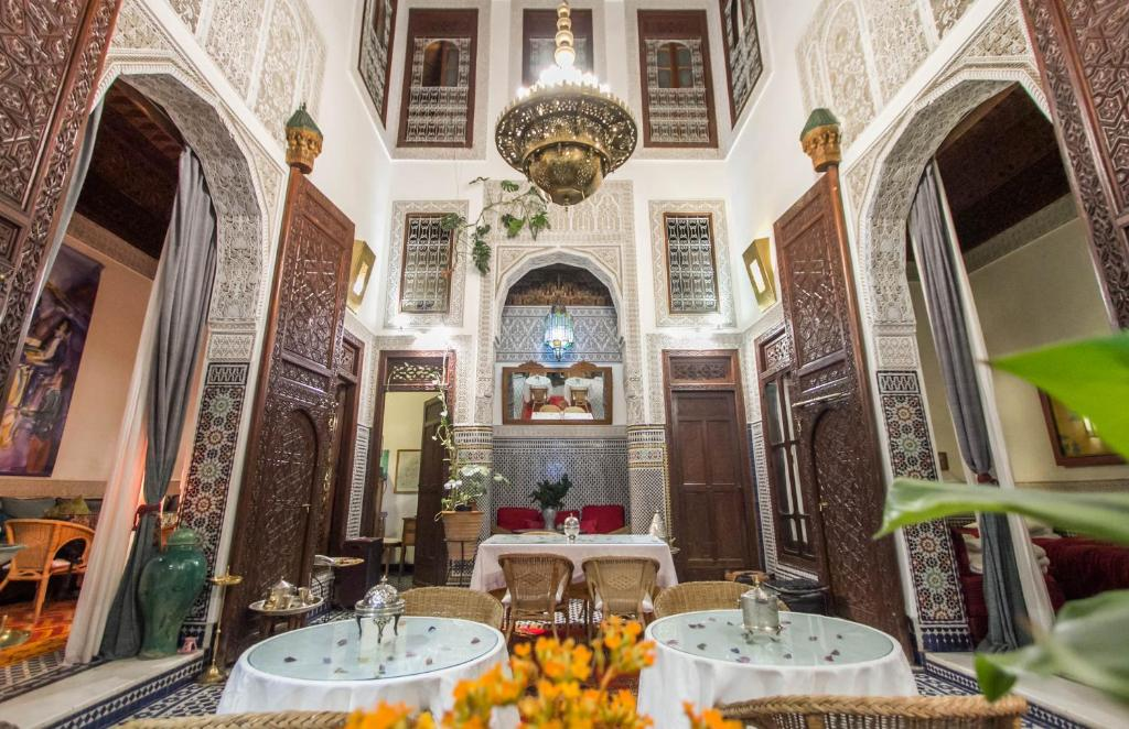Un restaurante o sitio para comer en Riad Dar Cordoba