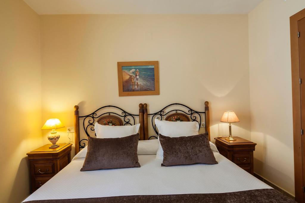 A bed or beds in a room at Apartamentos Turísticos Casa de La Borrega