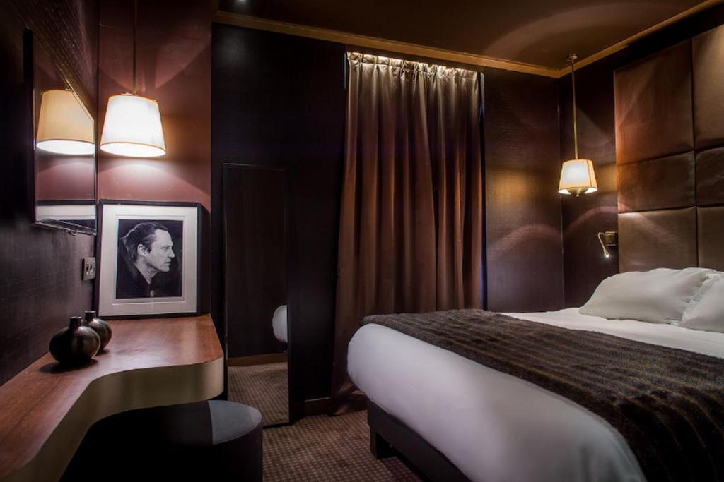 A bed or beds in a room at Hotel Armoni Paris