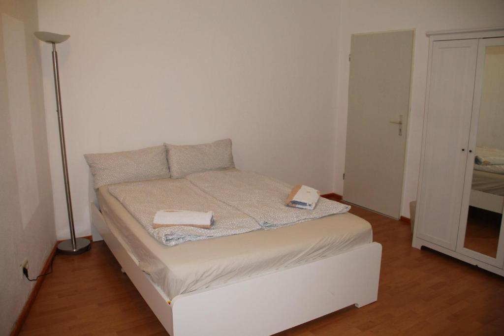 A bed or beds in a room at Zimmer in Köpenick
