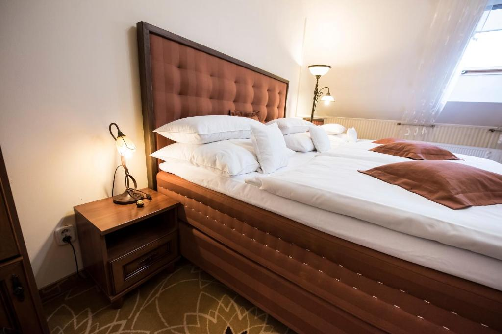 e3b33ffea A bed or beds in a room at Golden Royal Boutique Hotel & Spa