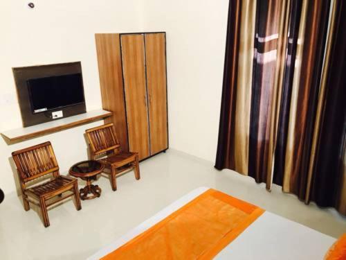Located in Chandīgarh, 3.9 km from Rock Garden, Jullundur Hotel & Restaurant.