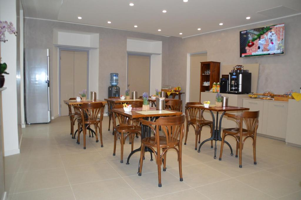 A restaurant or other place to eat at Hotel Il Loggiato Dei Serviti