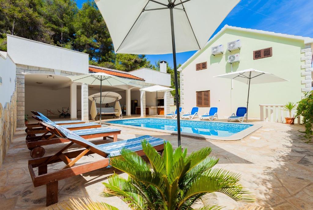 The swimming pool at or close to Villa Daria