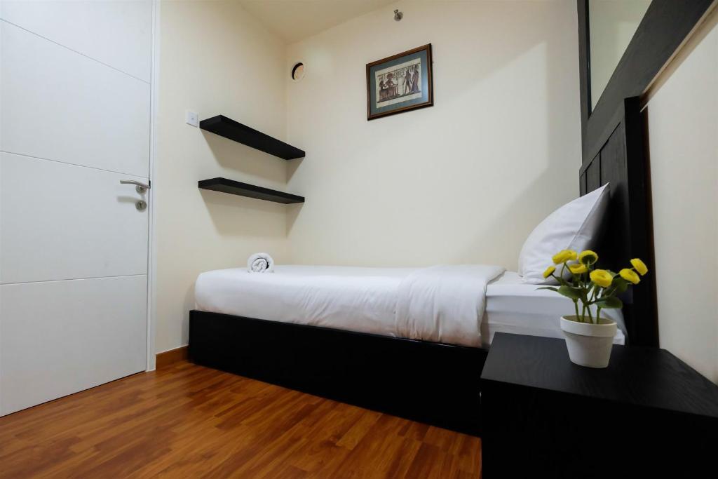 Modern Interieur Warm : Br bassura city apartment with warm modern interior design by