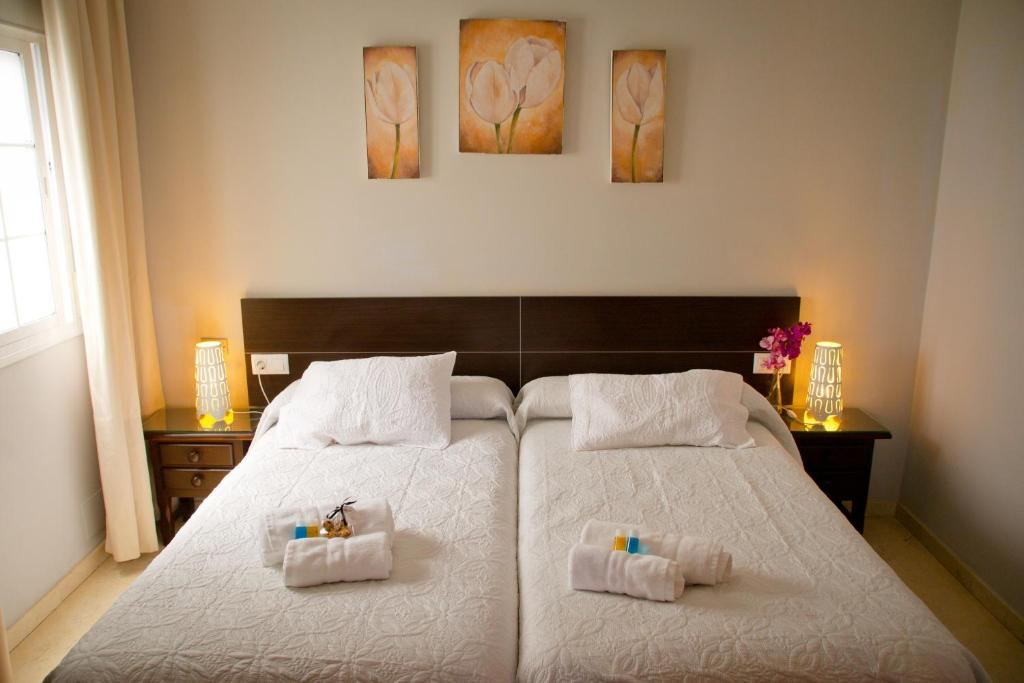 A bed or beds in a room at Hostal La Muralla