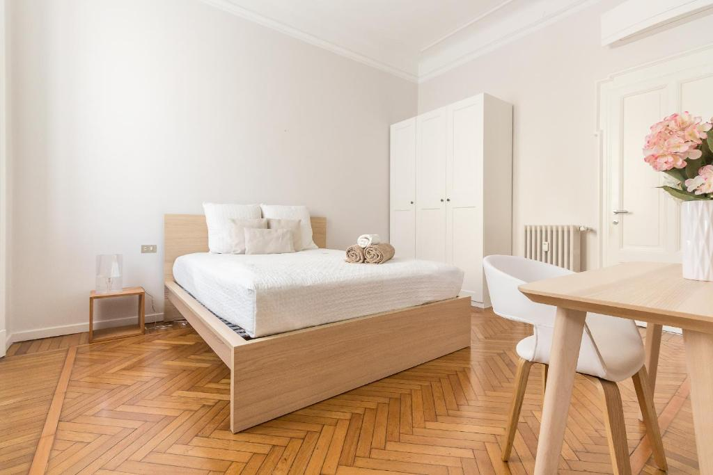 A bed or beds in a room at Alessia's Flat- Sempione Moscova M2