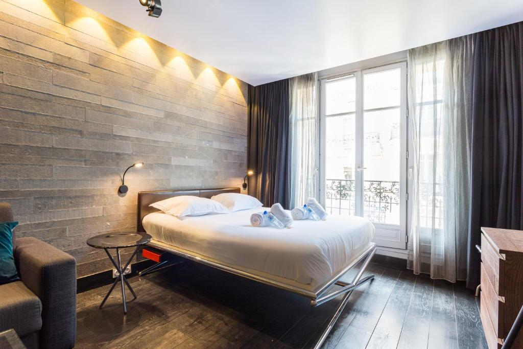 A bed or beds in a room at CMG Suite Premium Tour Eiffel III