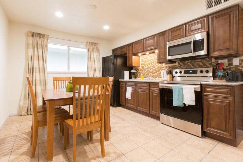 A kitchen or kitchenette at Las Vegas 2Bdr, 2 min Strip, Convention, SLS, LVCC