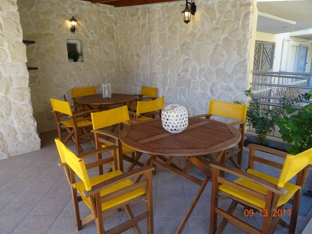 A restaurant or other place to eat at Paralia