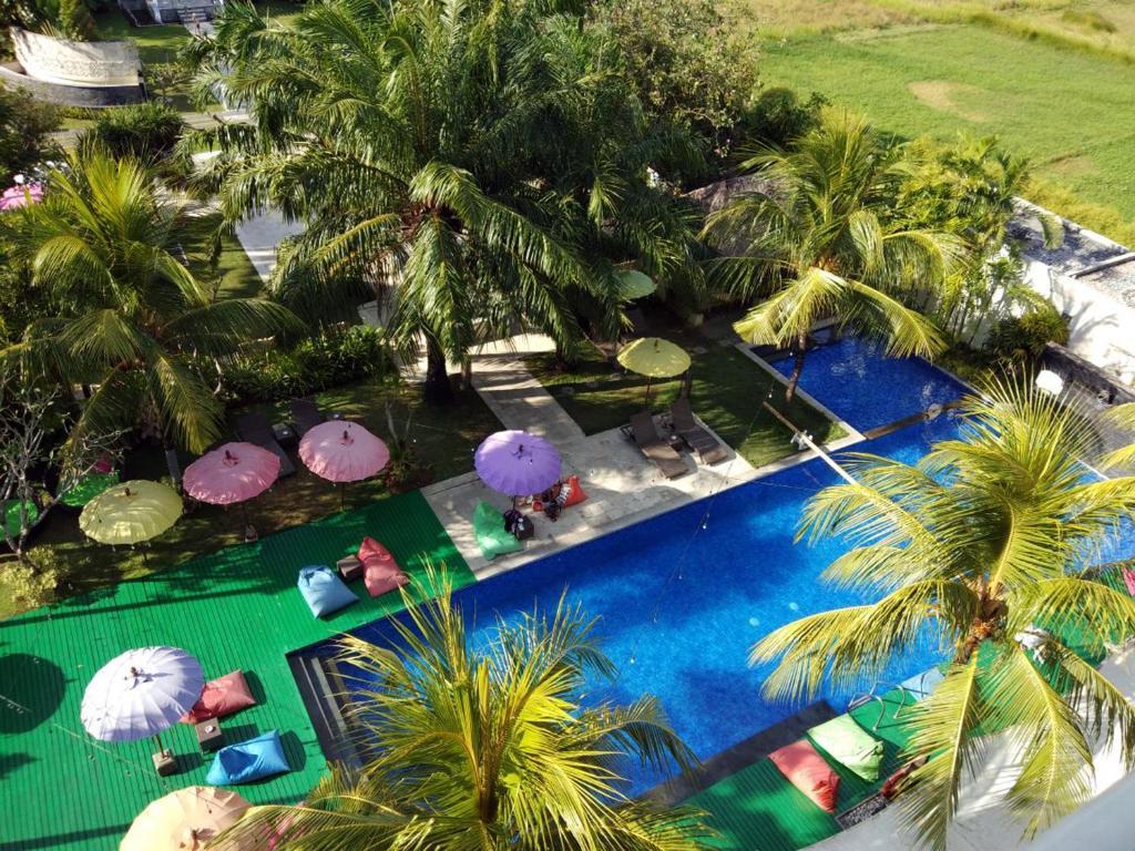 Изглед към басейн в Seminyak Garden или наблизо