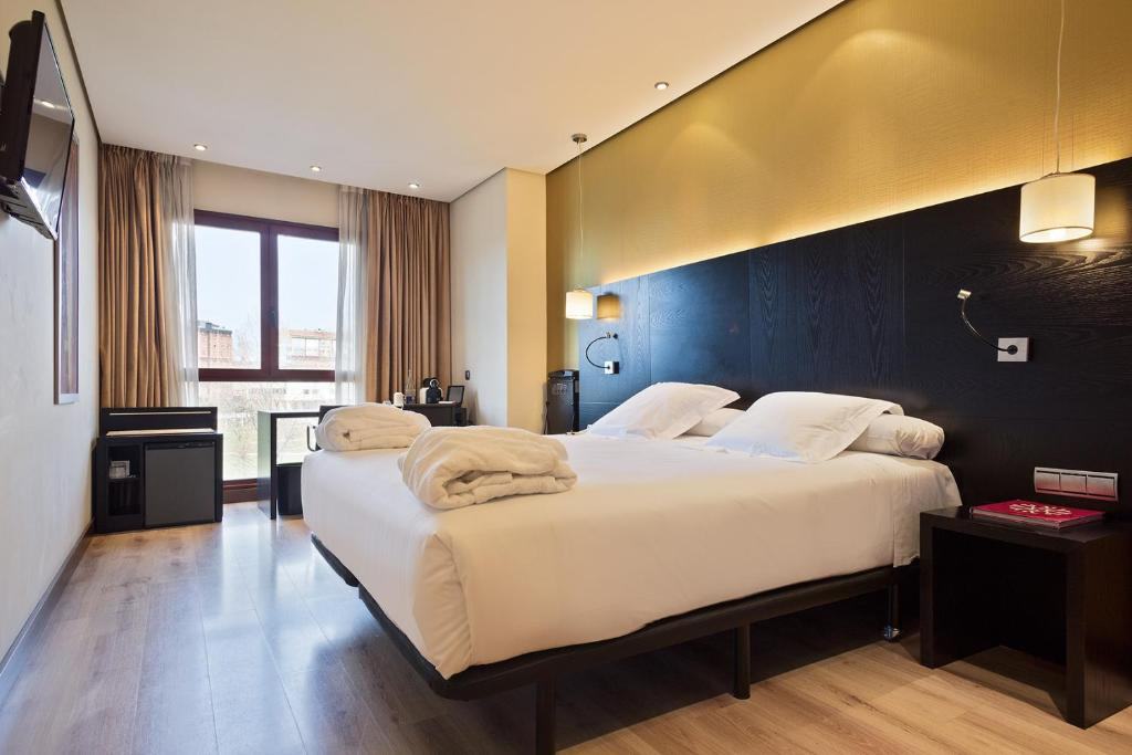 A bed or beds in a room at Abba Reino de Navarra