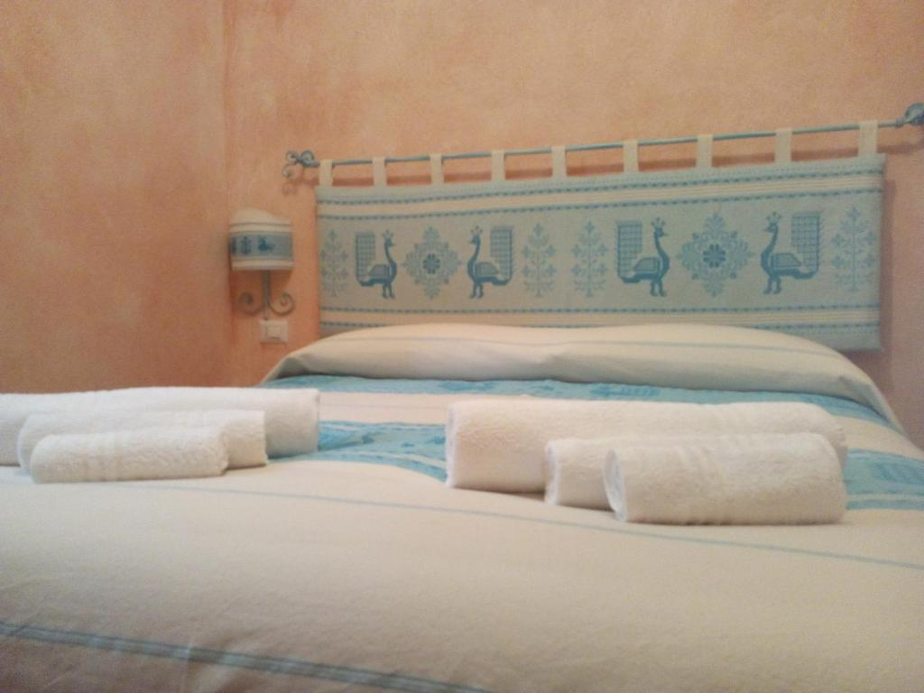 "A bed or beds in a room at B&B Sa Lumenaria ""da Raimonda"""