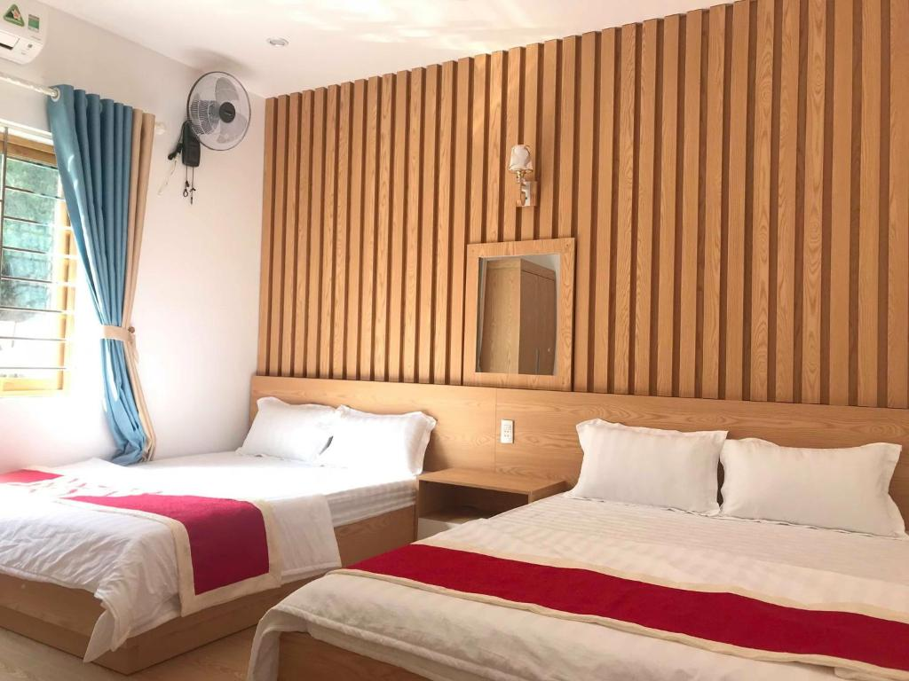 A bed or beds in a room at Cat Ba Central Hotel 5