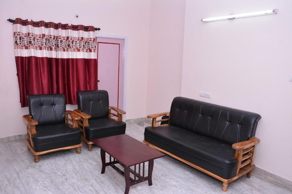 A seating area at Aishwaryam Gowri Service Apartment Chokkikulam