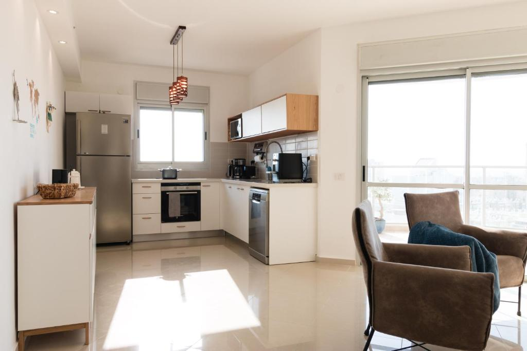 A Kitchen Or Kitchenette At Feelhome Balfour Bat Yam